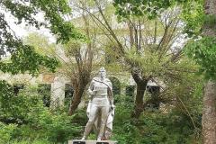 Фото 4 (Памятник погибшим войнам в Великой Отечественной 1941-1945 гг.) за ним барский дом